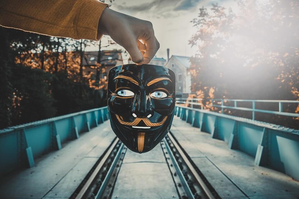 Под маской и без: всегда ли нужно говорить правду